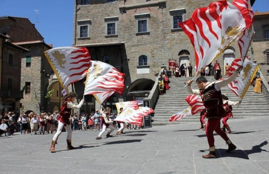 Sbandieratori del Gruppo Storico della città di Cortona.